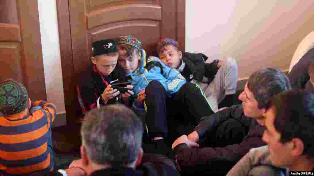 Рамазан мәчетендә Солтан хәзрәт вәгазь сөйләгәндә балалар телефоннан нидер карап утырды