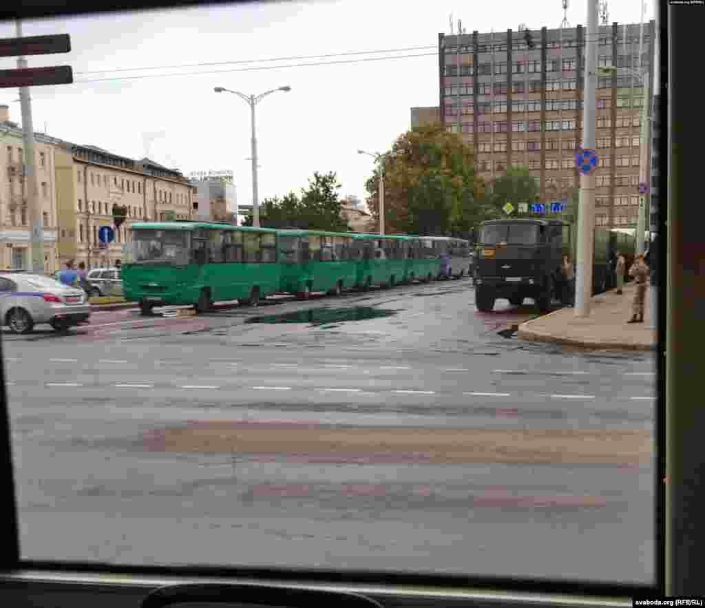 Велика кількість військових та техніки зайняли свої позиції у Мінську