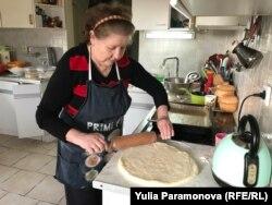 Помощница Ирина печет пирог
