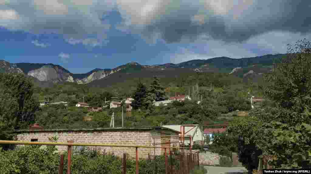 Село Запрудное расположилось у подножия горы Роман-Кош – наивысшей точки Крымских гор