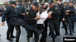 Polis Bakıda müxalifət fəalını saxlayır, 12 oktyabr 2013