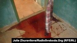 Cкривавлена сорочка, яку невідомі повісили на двері квартири директора телекомпанії «Фора» Ірини Рубашко