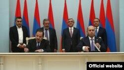 Представители правящей Республиканской партии и партии АРФ «Дашнакцутюн» подписывают документ о сотрудничестве, Ереван, 24 февраля 2016 г.