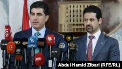 رئيس حكومة اقليم كردستان العراق نيجيرفان بارزاني (يسار) ونائبه قوباد طالباني في مؤتمر صحفي بأربيل