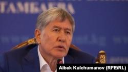 Алмазбек Атамбаев Шолпан Атадағы баспасөз мәслихатында. 24 шілде 2017 жыл.