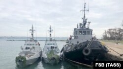 Захоплені українські військові кораблі біля причалу в Керчі