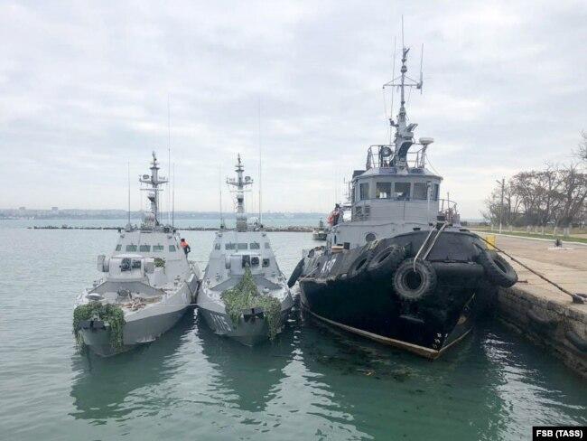 Захоплені українські окраблі у порту Керчі. Окупований Росією Крим
