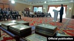 Президент Алмазбек Атамбаев эл аралык мелдештерде ийгиликке жетишкен спортчуларды куттуктап, акчалай сыйлыктарды тапшырган учур. 22-октябрь, 2014-ж. Бишкек.