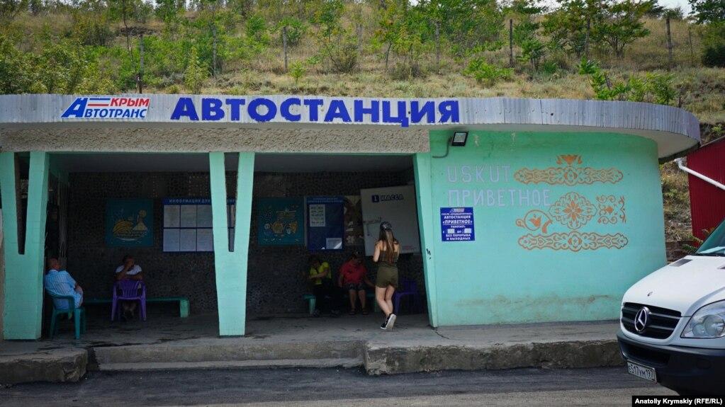 Сельская автостанция работает лишь в курортный сезон. Отсюда ранним утром уходят только два маршрутных автобуса – в Алушту и Симферополь