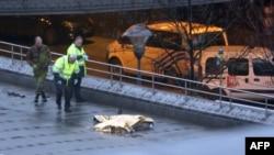 Полиция осматривает тело предполагаемого преступника