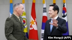 Председатель Объединенный комитета начальников штабов США генерал Джозеф Данфорд с министром обороны Южной Кореи Сонг Йонг-му.