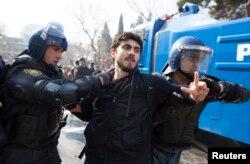 Задержание участника акции протеста. Баку, 10 марта 2013 года.