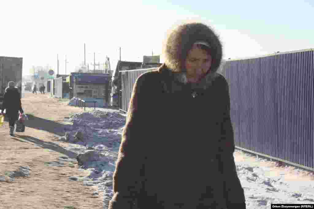 Пенсионерка, возвращающаяся домой с базара.