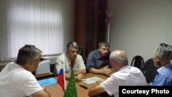 Adıgey fəalları: solda Zaurbiy Chundyshko, ortada Valery Brinikh, ən sağda Sergei Koblev