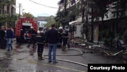 Что явилось причиной возгорания, пока неизвестно, одна из версий – замыкание электропроводки кондиционера. Сам хозяин гостиницы сегодня косвенно возложил вину за пожар на пострадавших
