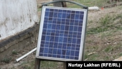 Солнечная батарея во дворе частного дома. Алматинская область, село Жалгамыс, 30 марта 2013 года.