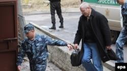 Михаил Ходорковский под конвоем