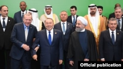Президент Узбекистана Шавкат Мирзияев (первый справа) на саммите ОИС по науке и технологиям в Астане, сентябрь 2017 года.