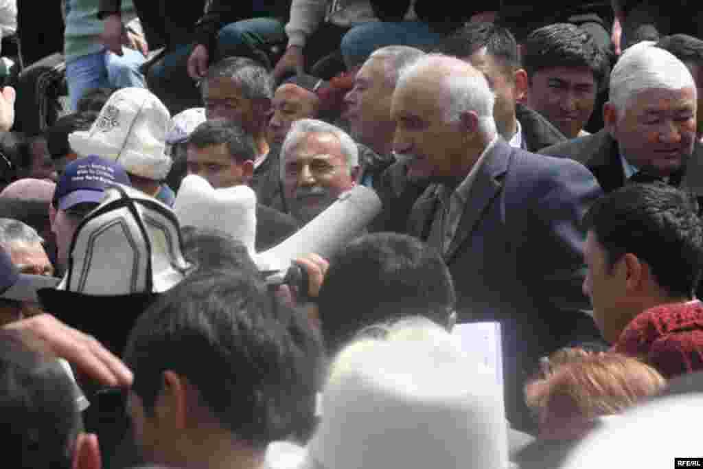 Алар элден күрт улутундагы жигиттин жоругу үчүн кечирим да сурашты. - Kyrgyzstan -- Kyrgyz Lawmakers to Discuss the Cause of the Inter-Ethnic Tensions in the Town of Petrovka,30april2009