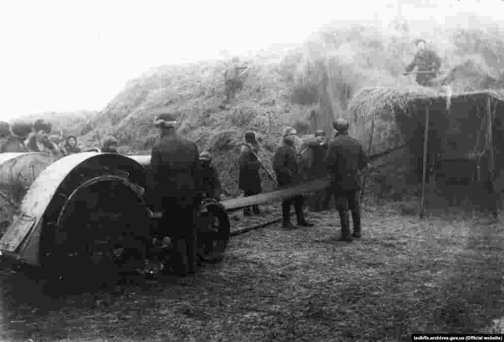 Обмолот зернових за допомогою трактора «Фордзон» на колгоспному току в селі Удачне Донецької області, 1930 рік