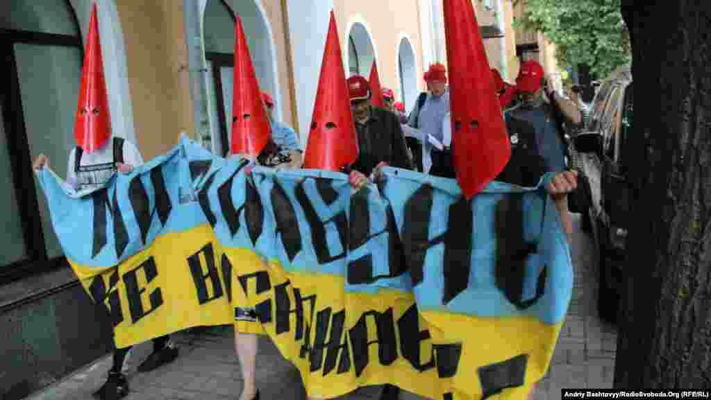 У Києві провели марш «червоних шапочок». Таким чином громадські активісти намагаються припинити спроби міліції знайти винного у киданні сніжок в народних депутатів 2 квітня, шляхом проведення обшуків, пояснюють люди в червоних головних уборах. 7 червня 2013 року