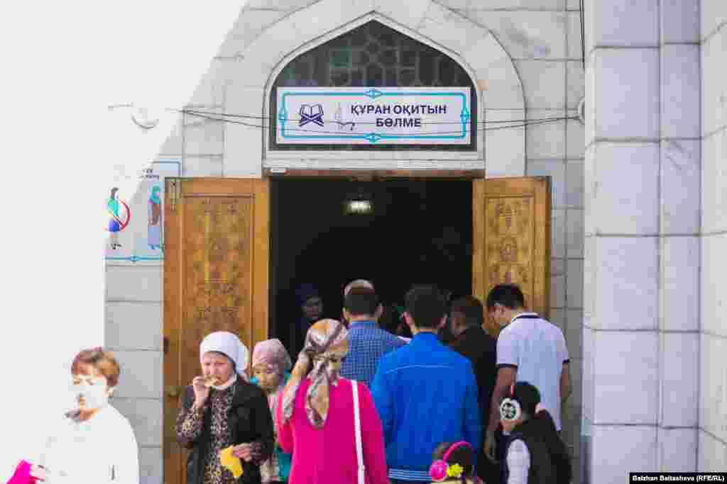 Люди у мечети