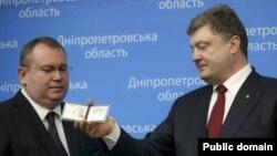 Президент України Петро Порошенко та Валентин Резніченко. Дніпропетровськ, 26 березня 2015 року
