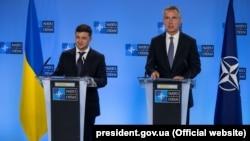 Președintele ucrainean Volodimir Zelenski (s) și secretarul general NATO, Jens Stoltenberg. Bruxelles, 4 iunie, 2019