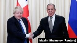 Ministri i Jashtëm britanik, Boris Johnson (majtas) dhe ministri i Jashtëm rus, Sergei Lavrov