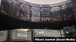 Банер на підтримку Олега Сенцова на будівлі Європейського Парламенту