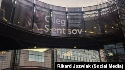 Баннер в поддержку Олега Сенцова на здании Европейского Парламента, архивное фото