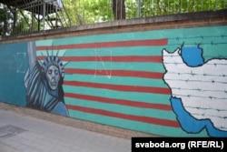 Антыамэрыканскія страшылкі на плоце колішняй амбасады