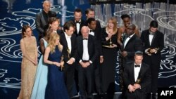 """ABŞ - Aktyor-prodüser Brad Pitt (aşağıda sağda) """"Ən yaxşı film"""" üçün """"Oscar"""" mükafatını alır - '12 Years a Slave' filminin yaradıcı heyəti ilə birgə."""