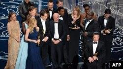 برد پیت، تهیهکننده «۱۲ سال بردگی» در حال صحبت؛ همراه کارگردان استیو مککوئین (نفر دوم از سمت راست) و دیگر دستاندرکاران فیلم
