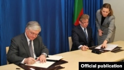 Lithuania - Foreign Minister Audronius Azubalis (R) and his Armenian counterpart Edward Nalbandian sign an agreement in Vilnius, 26Jan2012.