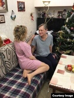Мишель после освобождения и Лада Преображенская (спиной)