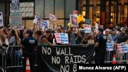 Protest ispred Trump Towera protiv antimigracijskih mjera Donalda Trumpa, New York
