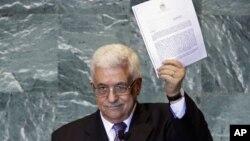 Палестинскиот претседател Махмуд Абас го држи писмото со кое бара признавање на палестинската државност на 66 Генерално собрание на ОН на 23 септември 2011 година.