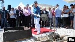 """Премиерот Никола Груевски на поставување камен-темелник на Технолошко-индустриска развојна зона """"Кичево""""."""