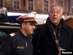 Fostul premier croat Ivo Sanader escortat de poliție la un tribunal din Salsburg, Austria, 10 decembrie 2010