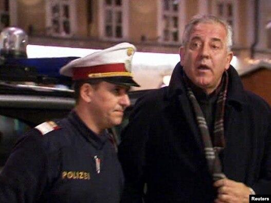 Ivo Sanader u pratnji policije prilikom dolaska u sud u Salzburgu, 10. prosinac 2010.