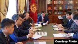 Абылгазиев өткөрүп жаткан жыйындардын бири.
