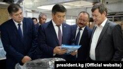 Сооронбай Жээнбеков во время посещения СЭЗ «Бишкек».