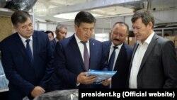 Президент Сооронбай Жээнбеков во время посещения текстильного предприятия на территории СЭЗ «Бишкек». Иллюстративное фото.