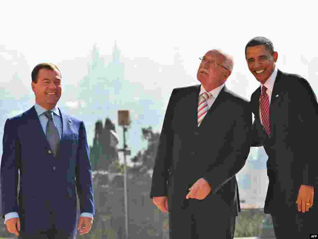 باراک اوباما (راست) ، رییس جمهور آمریکا، واسلاو کلاوس، رئيس جمهوری چک و دمیتری مدودف، رییس جمهور روسیه