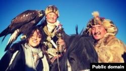 Моңғолияда тұратын этникалық қазақ қызы Айшолпан Нұрғайыпқызының бүркіт ұстап тұрған суреті. (Facebook қолданушысы Michelle Rodriguez-тің парақшасындағы фото.)