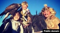 Айшолпан с беркутом (в центре) на снимке, размещенном в социальной сети Facebook пользователем Michelle Rodriguez.