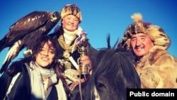 Айшолпан Нургайып с беркутом (в центре) на снимке, размещенном в социальной сети Facebook пользователем Michelle Rodriguez.