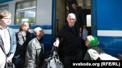 Беларусский правозащитник Алесь Беляцкий выходит из вагона на вокзале, прибыв из тюрьмы. Минск, 21 июня 2014 года.