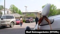 Черно-оранжевые ленты в автомобилях жителей. Алматы, 6 мая 2014 года